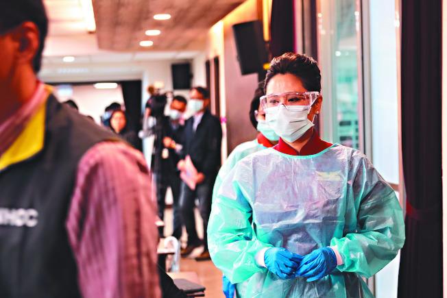 機艙染病風險極高,為避免感染,圖為台灣指揮中心請空服員示範長程班機須穿上防護裝備。目前已有班機出現10名新冠肺炎確診者。圖/台灣中央流行疫情指揮中心提供