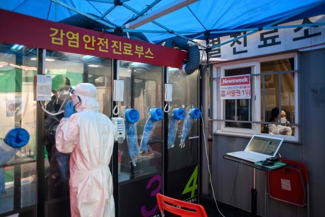 世衛報告中表示,全球護理人力短缺近600萬。圖為南韓一名護理人員。(Getty Images)