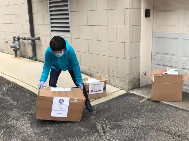 劉紅將從倉庫取回到貨口罩、防護衣後,一箱箱清點再搬去送給需要的醫療機構。(劉紅提供)