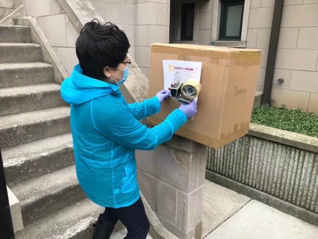 劉紅逐一將捐贈品貼上華社捐贈的單子。(劉紅提供)