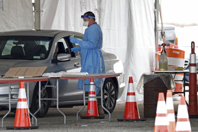 紐約長島的新冠病毒得來速檢測站。  美聯社