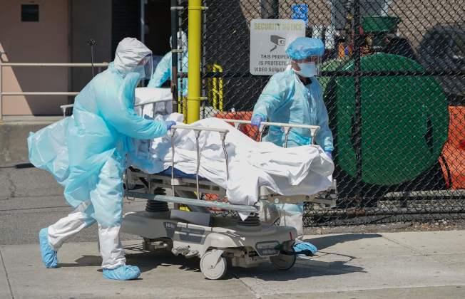 美國單日新增2000例死亡病例,再創全球單日死亡病例新高。(Getty Images)