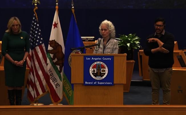洛杉磯縣公共衛生局長費若(Barbara Ferrer)再次強調這周是居家周。(記者謝雨珊/攝影)