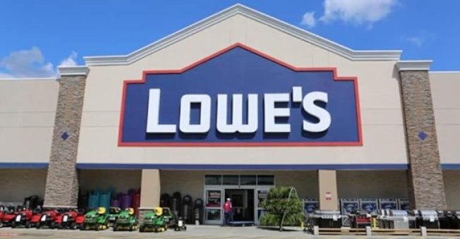 位於河濱縣莫瑞谷市一家全美家居連鎖店Lowe's有員工確診感染新冠肺炎。(LOWE'S臉書)