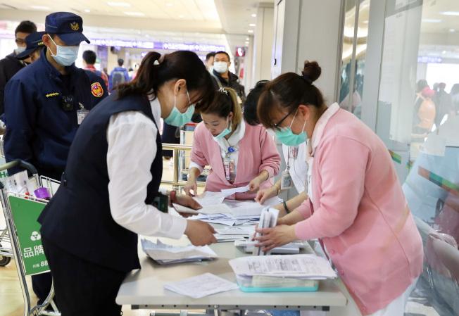 台灣的三百多例確診個案來看,有較典型症狀如肺炎、感冒症狀,較不典型但常見的的到腹瀉、嗅覺或味覺異常,近期也眼睛癢或結膜充血案例也愈來愈多,還有腹部不適、胃脹的病例。(本報資料照片)