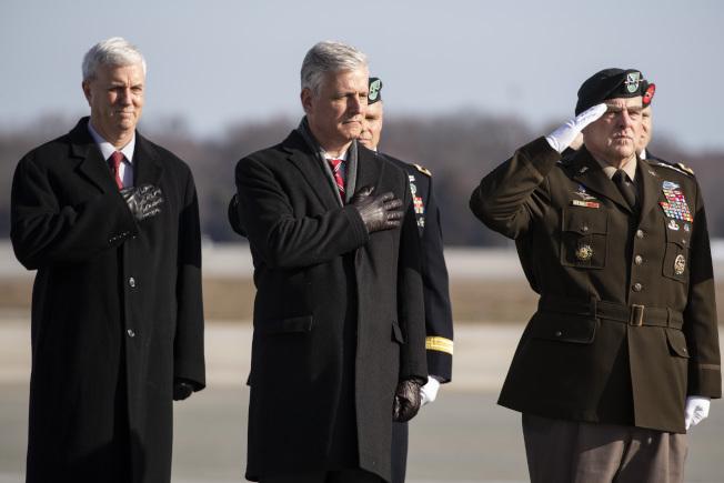 代理陸軍副部長麥克弗森(左)將接替莫德利,出任代理海軍部長。圖為去年12日他在多佛佛基地迎接陣亡官兵的棺木返國。(美聯社)