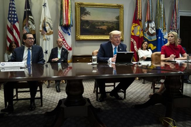川普總統率財政部長米努勤與資深顧問伊凡卡在白宮與全美各大銀行主管舉行電話會議,商討對企業紓困作業。(美聯社)