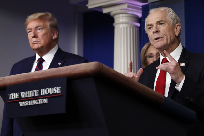 報導指白宮資深貿易顧問納瓦羅很早就提醒川普總統有關新冠病的嚴重性。圖為納瓦羅與川普總統在白宮疫情簡報者會上。(美聯社)
