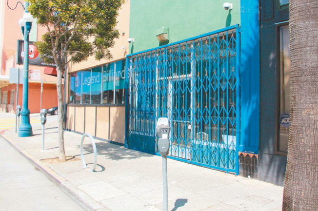 金山商業街區的店鋪幾乎都大門緊鎖。(記者李晗╱攝影)
