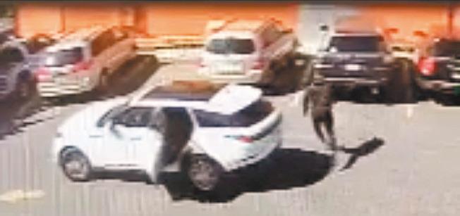 四天前肖化區海華超市停車場發生搶劫案,非裔嫌犯開車尾隨受害華婦,走到車旁搶走華婦的皮包。(取材自微信)