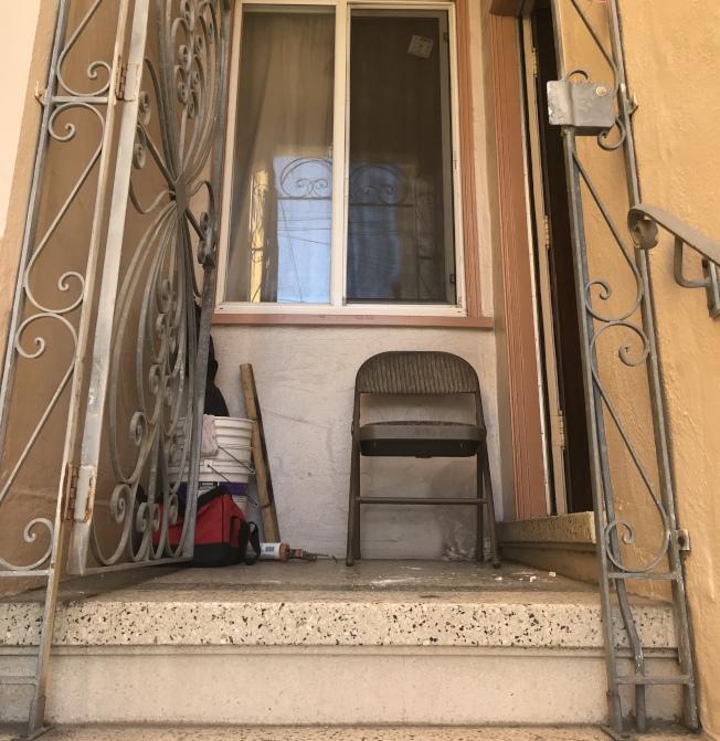 三名蒙面及持槍非裔男子先迅速撬開鐵門,再踢開木門進入屋內威脅79歲華婦,搜掠40分鐘。(記者李秀蘭/攝影)