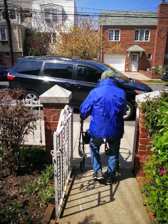 護工照顧的老人出門去醫院洗腎。(宋Candy提供)
