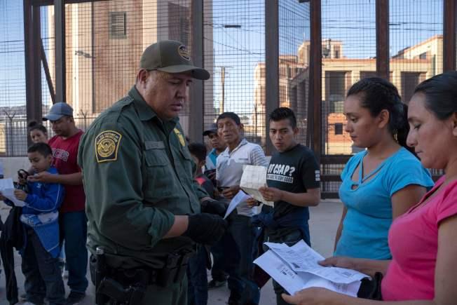 聯邦海關與邊境保護局共有160名職員、海關官員以及邊界探員,感染新冠病毒。圖為邊界探員檢查移民證件。(Getty Images)