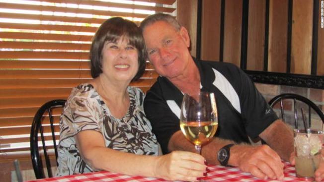佛羅里達州夫妻史都華(右)和雅卓安‧貝克(左),結髮邁入第51年,因感染新冠病毒,相繼在6分鐘內過世。(CNN電視台截圖)