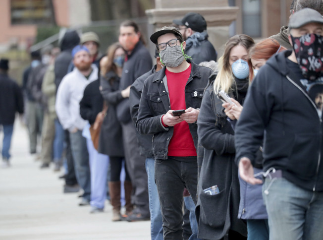 威斯康辛州7日舉行總統初選,圖為大批民眾在一處投票所外排隊。(美聯社)