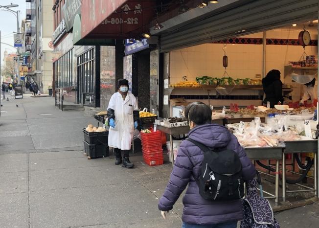 疫情期間堅持在超市等一線工作的「必要工作」人員,以少數族裔為主。(記者洪群超/攝影)