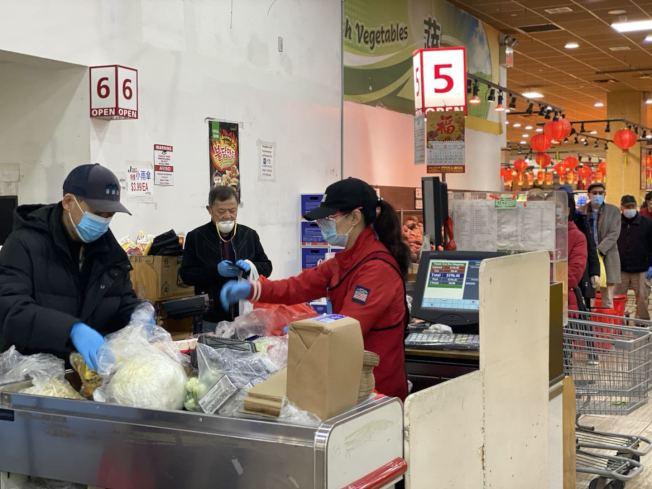 法拉盛一些華人超市的員工已穿上防護服、戴上防護眼鏡與口罩,保護自身與顧客的健康。(記者牟蘭/攝影)