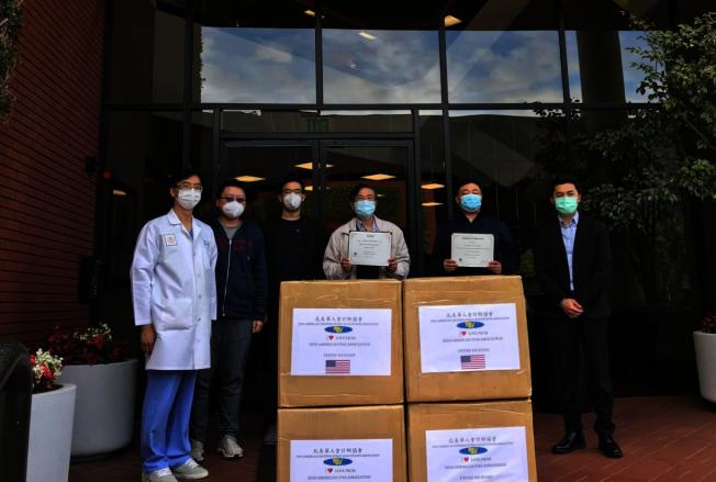北美華人會計師協會於7日先捐贈出第一批1萬個口罩給加州仁愛醫療集團。(經文處提供)