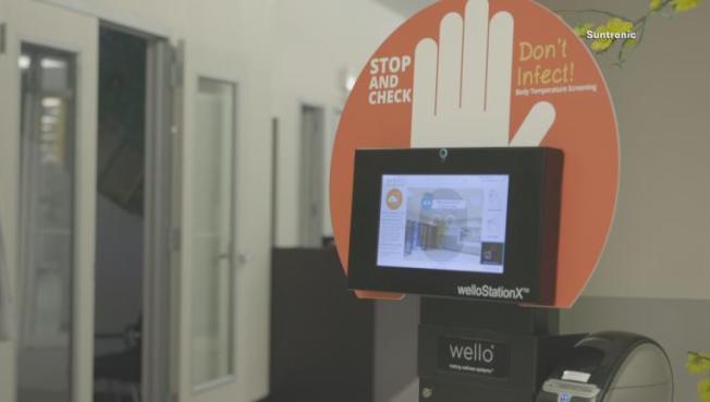 威羅公司生產的掃描器用刷眼球方式量員工體溫。(FOX4電視台)