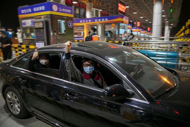 4月8日0時,武漢正式解除離漢通道管控,第一輛小客車駛出「武漢西」高速路口。(取材自澎湃新聞)
