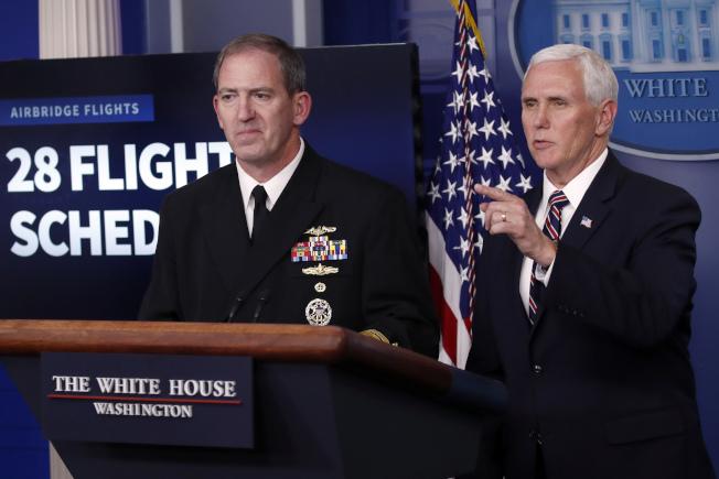 FEMA所轄的彈性供應鏈團隊,由海軍上將波洛茨茲(左)率領,如今傳出有新冠確診成員。波洛茲的團隊是副總統潘斯(右)指揮的白宮抗疫小組的旗下分支。(美聯社)