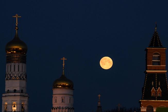 在俄羅斯市區,超級月亮與教堂尖塔形成絕美的畫面。(Getty Images)