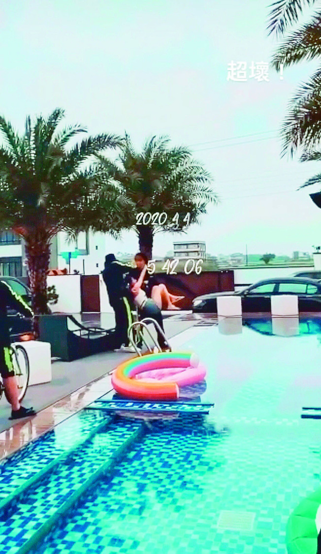 網友爆料羅志祥(戴漁夫帽者)和大根將辣妹丟入水中。(取材自微博)