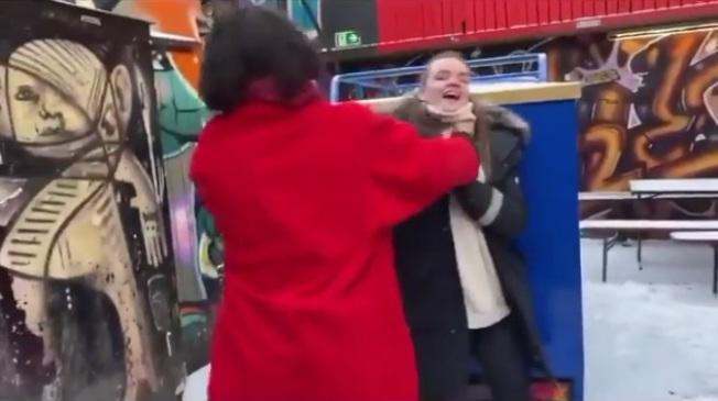 伊薩米勒掐住女粉絲脖子,引起網路熱議。(取材自YouTube)