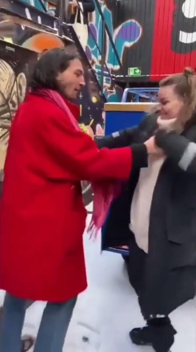 伊薩米勒原本和女粉絲之間看來無太嚴重衝突,瞬間就出手攻擊。(取材自YouTube)