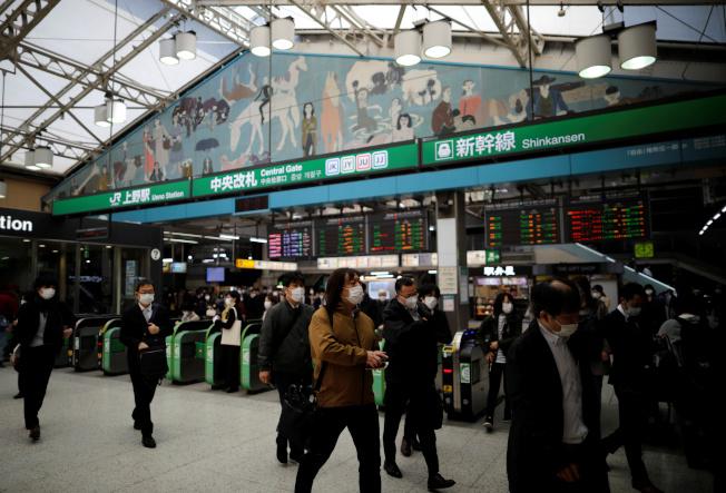 日本首相安倍晉三7日發表「緊急事態宣言」,東京近日已出現返鄉「逃難潮」。( 路透)