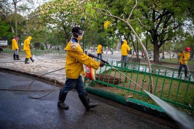 加勒比海國家海地已通報25起2019冠狀病毒疾病確診病例,1人不治。境內擁擠不堪,環境惡劣的監獄,令社運人士與官員擔心,從抗疫角度來看,監獄系統猶如疫情的定時炸彈。 美聯社