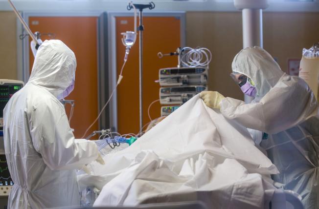 護理人員在疫情下工作壓力極大。美聯社