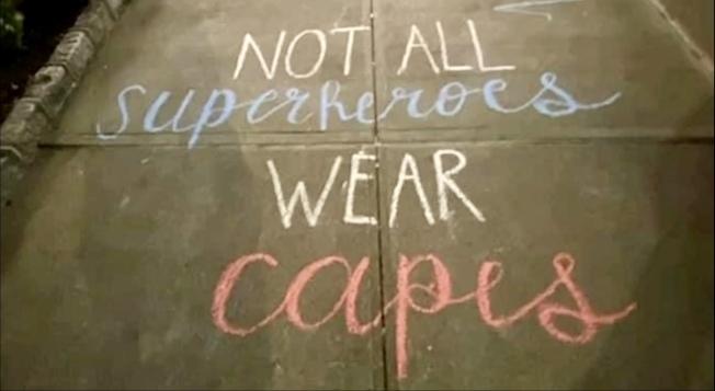 Nankieshore的同事們用粉筆在人行道上寫文字向她致敬並紀念她。(ABC7視頻截圖)