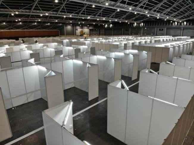 會展中心估計可容納數百張病床。(取自何晶臉書)
