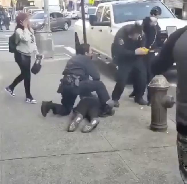 布朗士口罩男當街毆打執法警員。(取自推特)