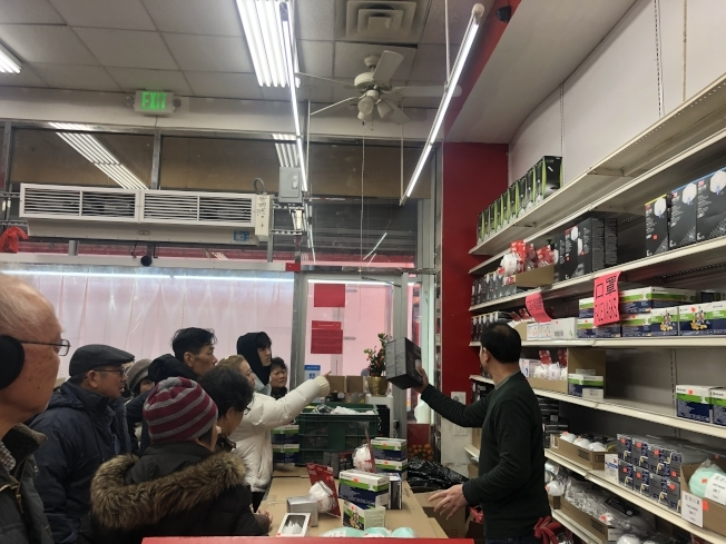 香港超市疫情前出售口罩的緊俏場景。(記者張晨/攝影)