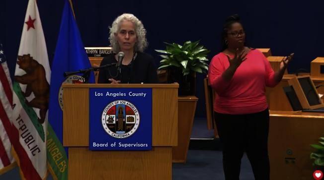 洛杉磯縣公共衛生局長費若(Barbara Ferrer)指出「我們現在做的是在挽救生命」,呼籲大家繼續盡可能待在家中,以減緩疫情擴散。(記者謝雨珊/攝影)