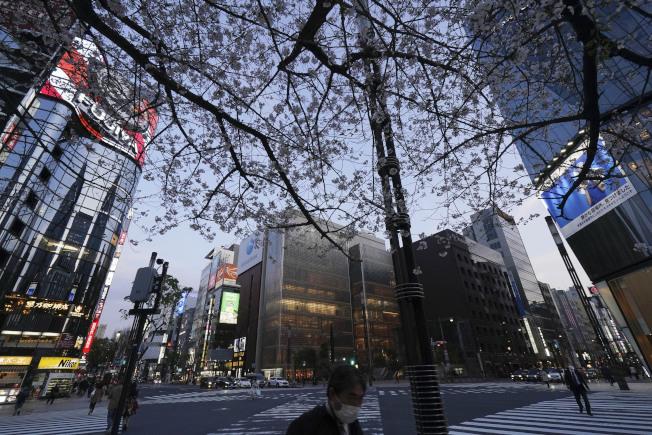 東京都已進入緊急狀態,街頭仍不至於太過冷清。美聯社