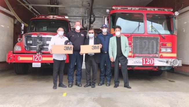 金馬影帝王冠雄(右起)、鑽石吧The Country社區主委毛利誠、秘書長Charles張給鑽石吧消防站送去N95口罩。(姜文淑提供)