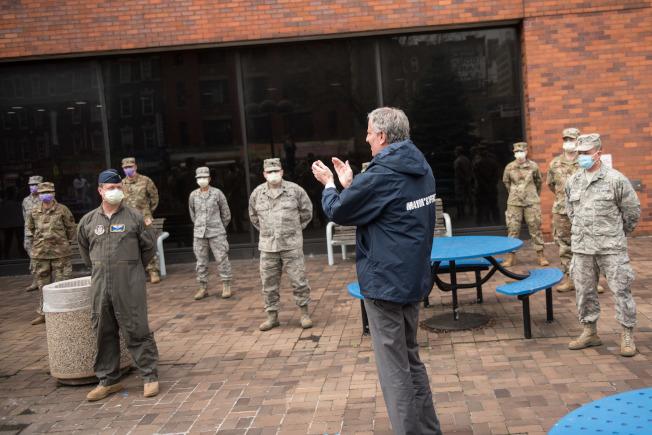 市場白思豪8日到林肯醫院與空軍醫療人員會面。(市長辦公室提供)