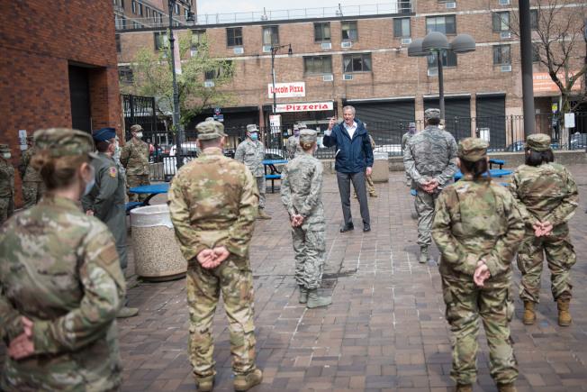市長白思豪8日到林肯醫院與空軍醫療人員會面。(市長辦公室提供)
