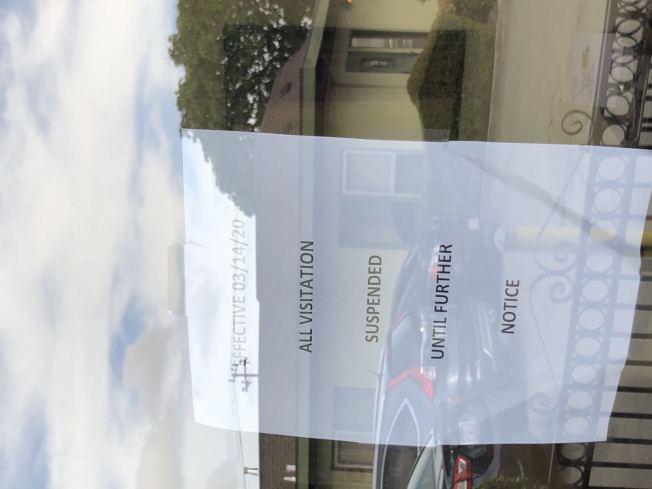 海沃的 Gateway Care and Rehabilitation Center門口早就貼上通知說,謝絕訪客。(記者劉先進/攝影)