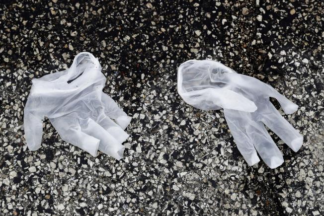 到處都可見到被拋棄的乳膠手套。(美聯社)