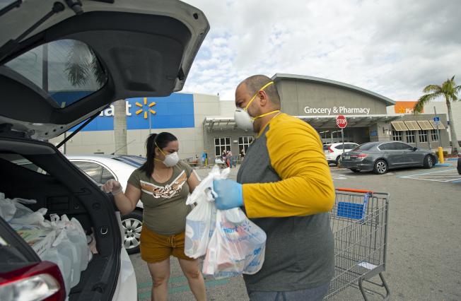 有專家認戴著塑膠手套購物所帶來的弊病,可能多過於好處。(美聯社)