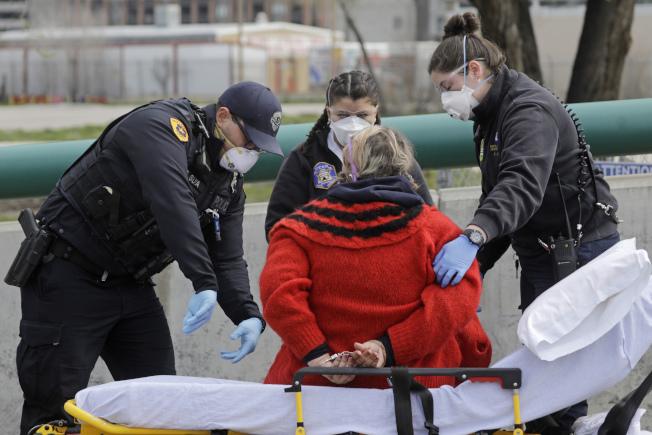 為了避免警察及先遣急救員受到新冠病毒傳染,越來越多州政府及地方政府的衛生主管機關,在民眾確診感染新冠病毒之後,將確診患者住處地址清單,悄悄與警方「分享」。(美聯社)