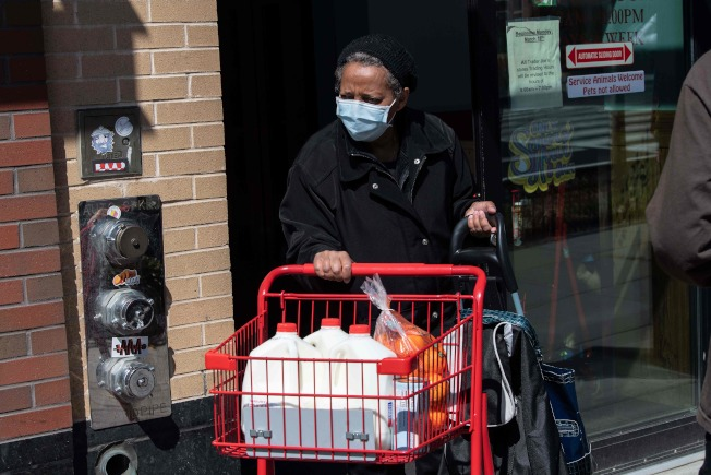 上千萬名低收入美國民眾,恐怕領不到聯邦政府的疫情紓困現金支票。(Getty Images)