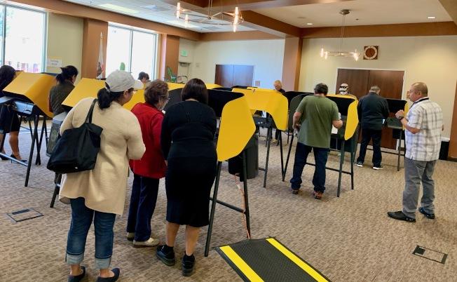 投票所選民群聚,當下新冠瘟疫流行易於感染。(記者丁曙/攝影)