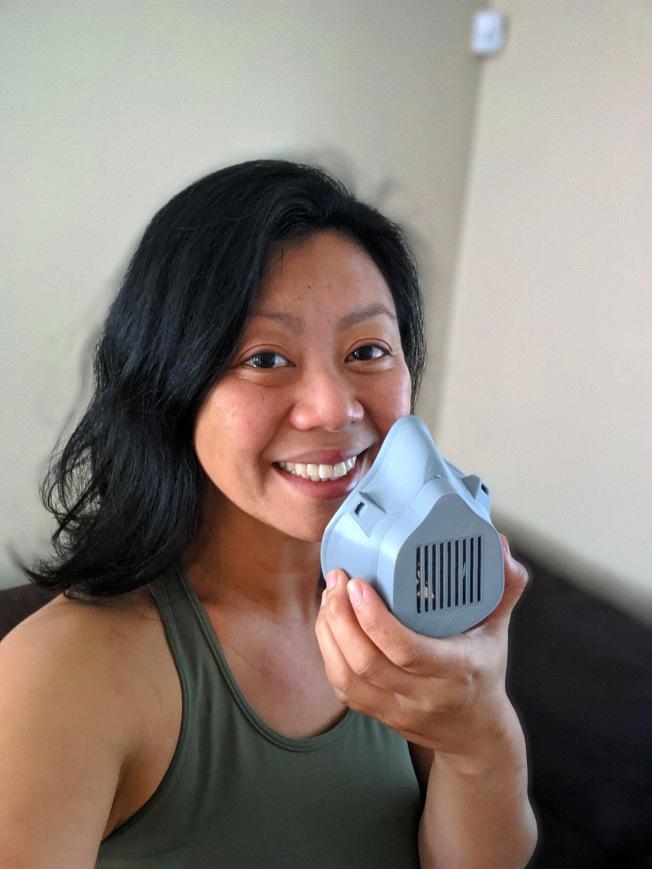 聖塔蒙尼卡學院工程物理教授Tram Dang及其同事設計製作的醫用口罩和面罩。(聖塔蒙尼卡學院提供)
