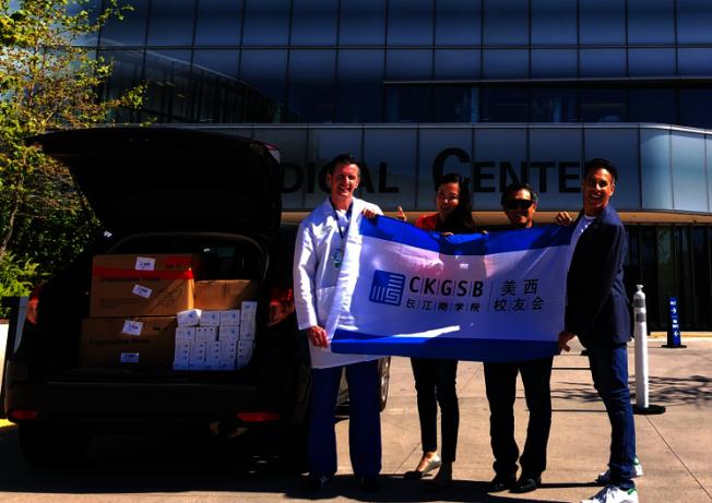 4月1日,校友會副秘書長Simone Liu與前加州財政長江俊輝代表捐贈聖地牙哥加大(UCSD)醫療中心。(長江商學院美西校友會提供)