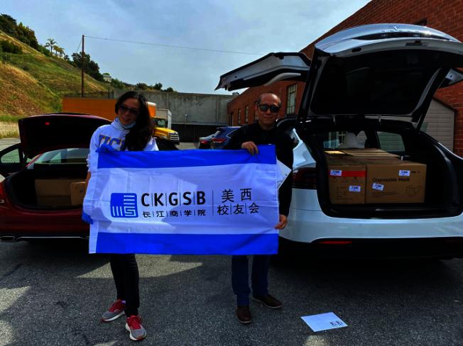 長江商學院美西校友會為醫療機構捐贈共約13萬元物資。(長江商學院美西校友會提供)